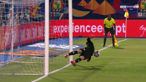 بالفيديو حارس تونس يتصدى لركلة جزاء امام السنغال